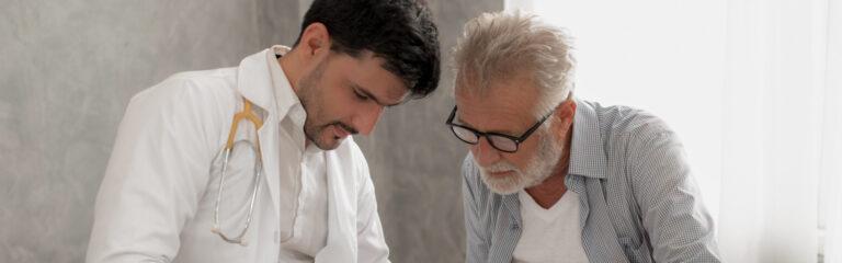 Arzt und Patient schauen in ein Dokument