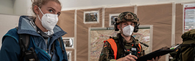 Zwei Einsatzkräfte während der Fortbildung Einsatzmedizin 18 F