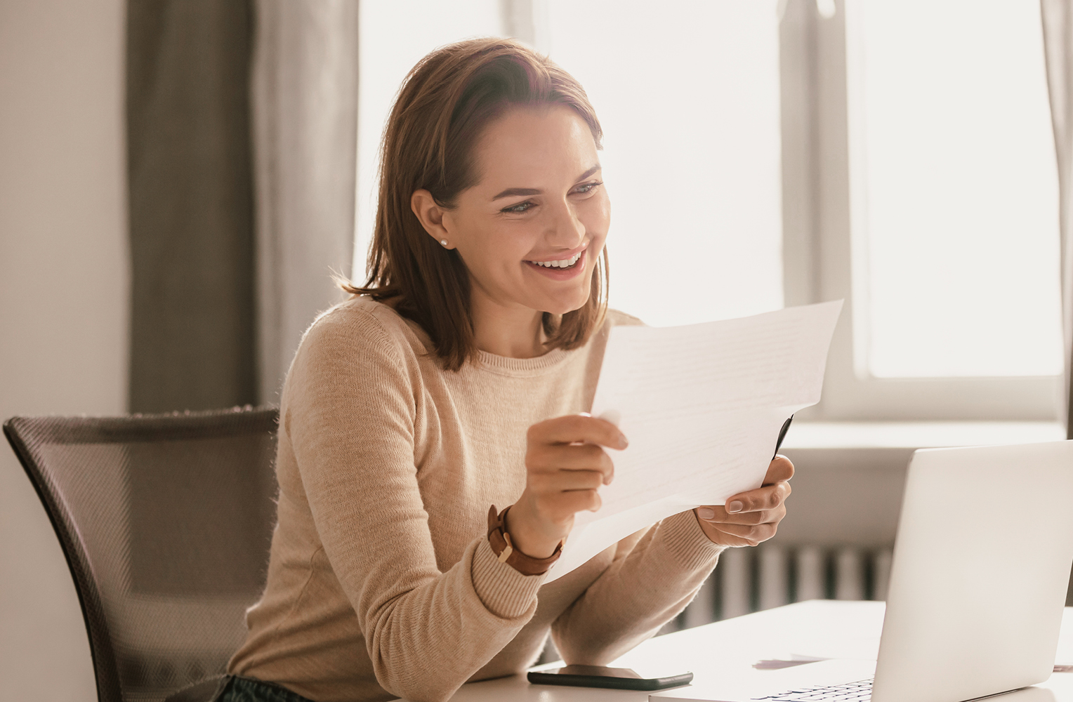 Junge Frau liest einen Brief