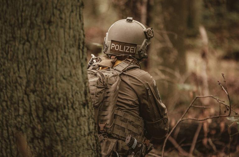 Polizist im Wald