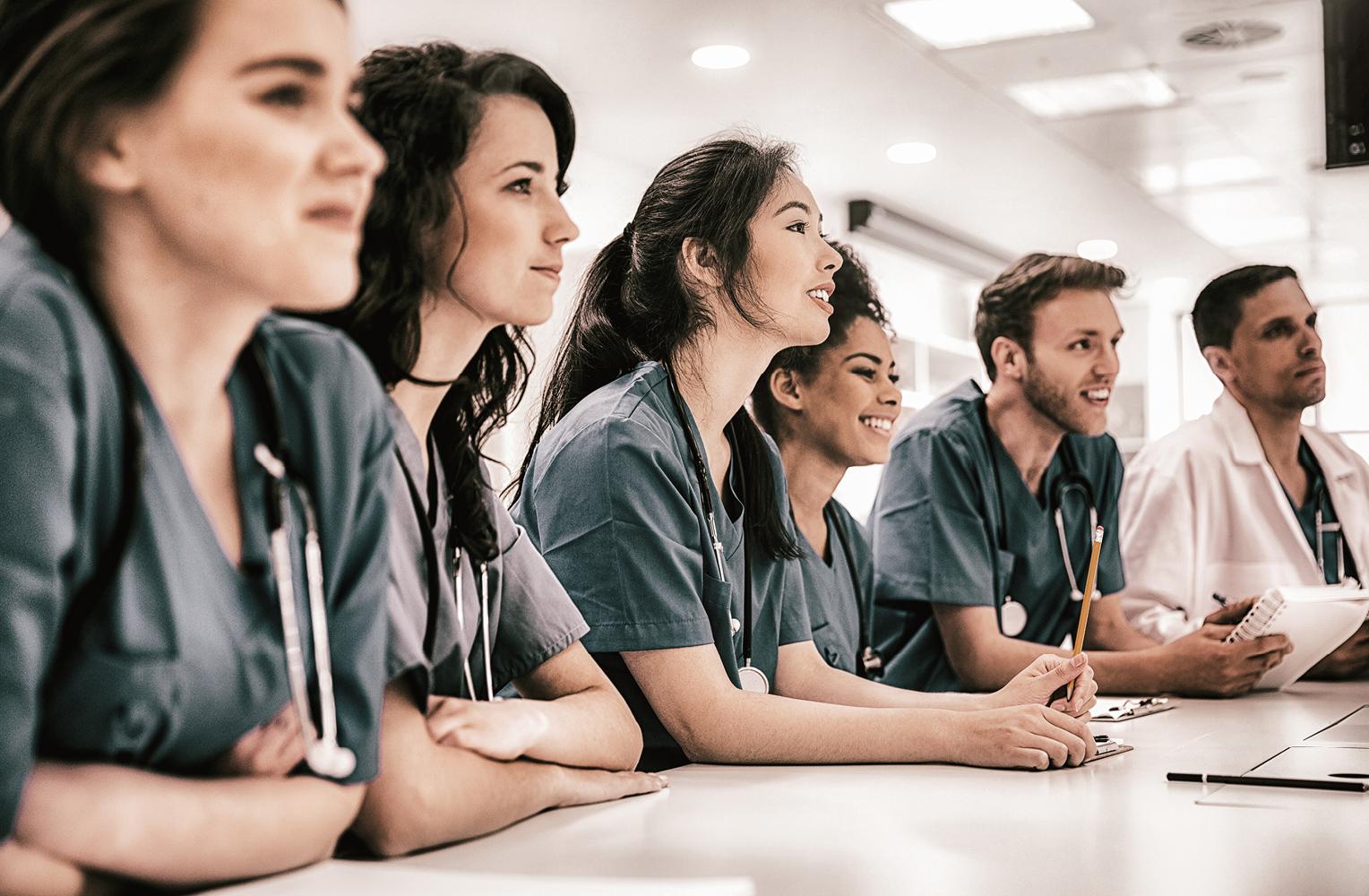 Fachkräfte aus dem Gesundheitssektor in einer Reihe