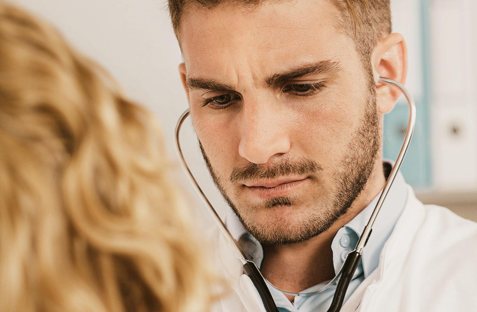 Mann mit Stethoskop