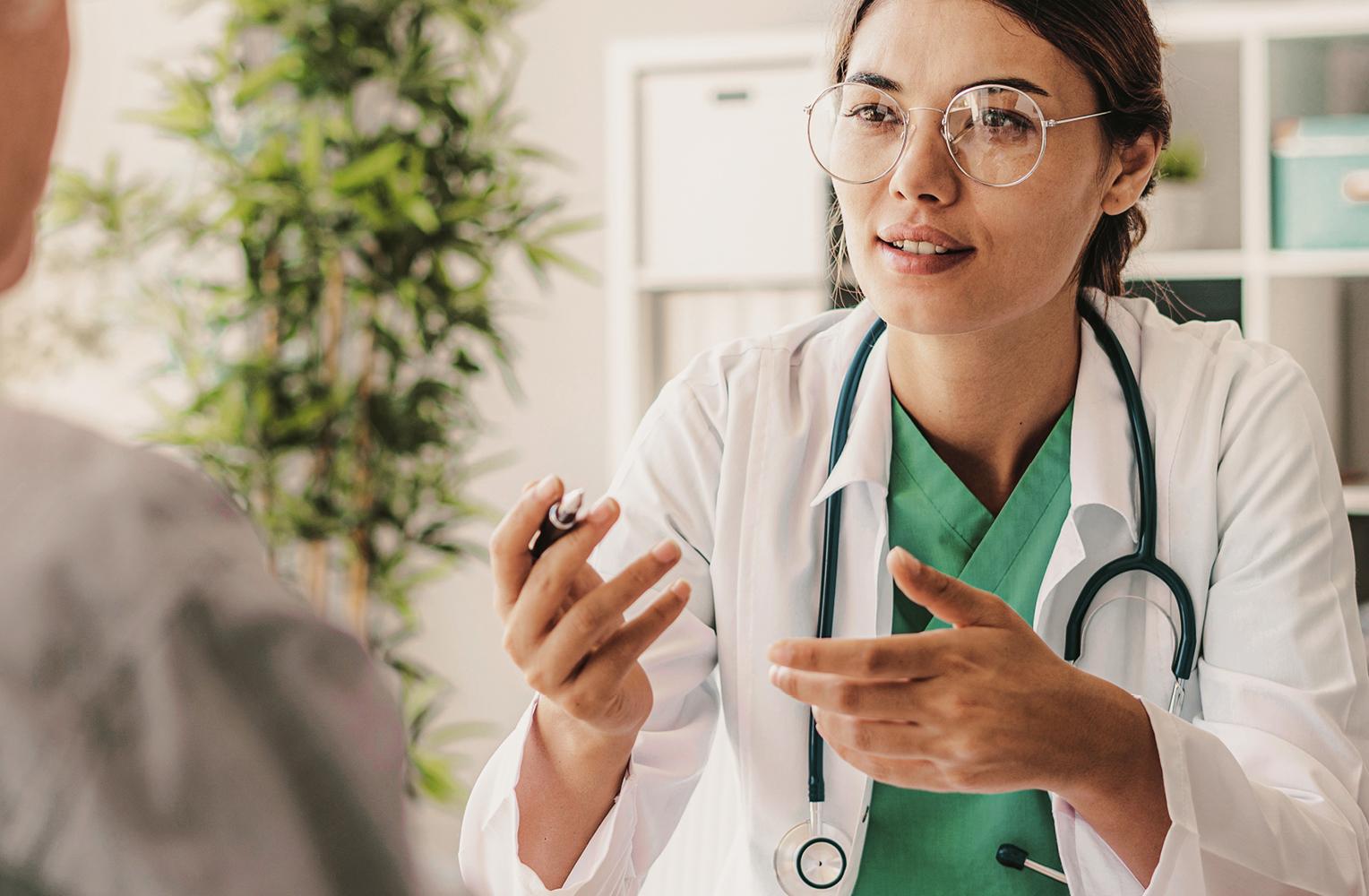 Ärztin mit Stethoskop um den Hals