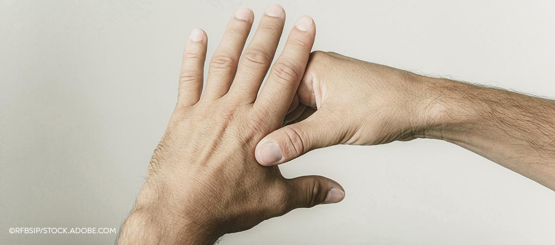 Ein Akkupressurpunkt an der Hand hilft gegen Kopfschmerzen.