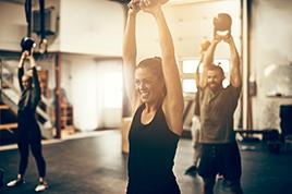 junge Menschen beim Sport mit Gewichten